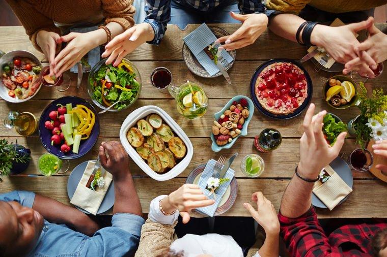 pessoas comendo numa mesa